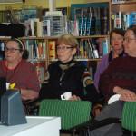 Mirja Käyhkö, Marjukka Konttinen-Lappalainen ja Tapani Lappalainen katselivat kirjaston ensimmäisessä elokuvahetkessä Niskavuoren naisten tarinaa.