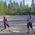 Lukkari Mira Loposen heittoon lyö ladypesis-ryhmää ohjaava Katja Purmonen.