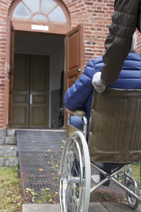 Tällä hetkellä pyörätuolilla pääsee Liperin kirkkoon sivuoven kautta.
