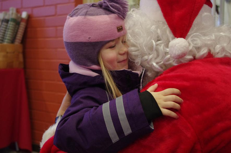 Joulupukki sai Siiriltä lämpimän halauksen Ylämyllyn koulun joulumyyjäisissä.