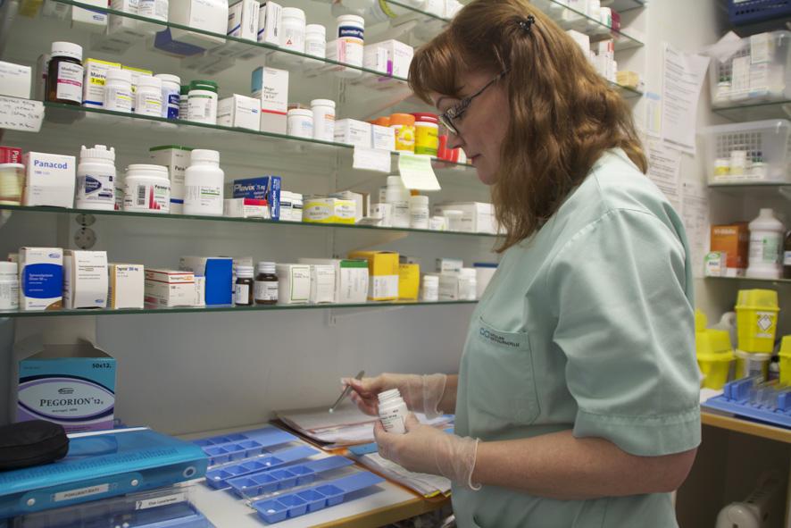 Marja Eskurin työhön kuuluu muun muassa lääkkeiden annostelu Iltaruskon asiakkaille.