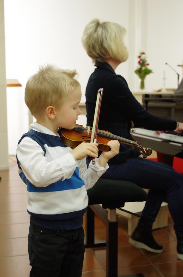 5-vuotias Erkka Haverinen ei jännittänyt ensimmäistä esiintymistään musiikkiopiston konsertissa.
