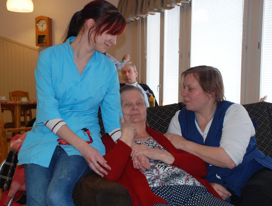 Kirsti Multasen (keskellä) on hyvä olla vastavalmistuneiden Marika Tikan (vas.) ja Sari Harisen huolehtiessa arkisten puuhien sujumisesta.