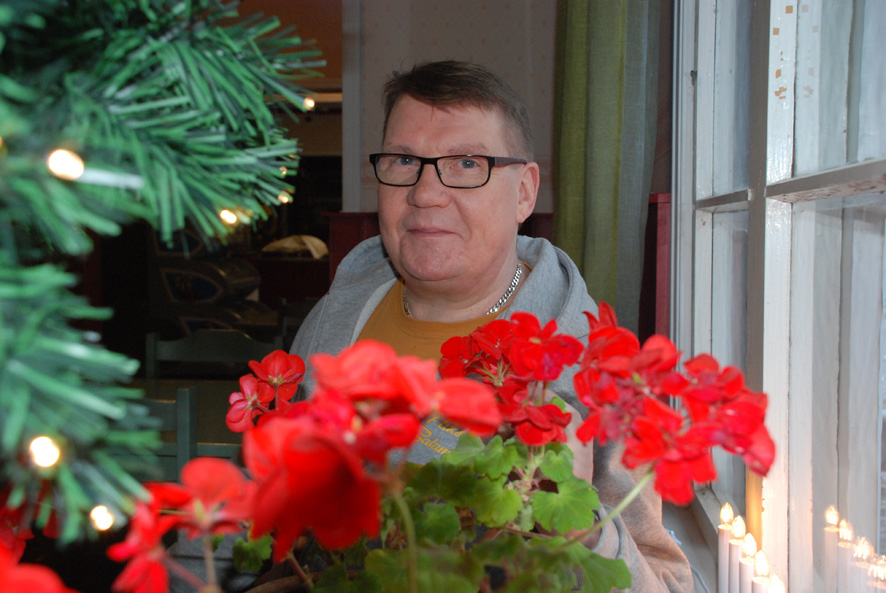Tomi Helanne toimii Paksuniemen satamakahvilan yrittäjänä puolisonsa Jouni Honkasen kanssa.