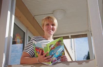 Salokylän koulun uusi opettaja Satu Pennanen ja aapinen odottavat tiistaina ekaluokkalaisia. Yhdysluokassa Pennasen opissa on myös toisen luokan oppilaita.