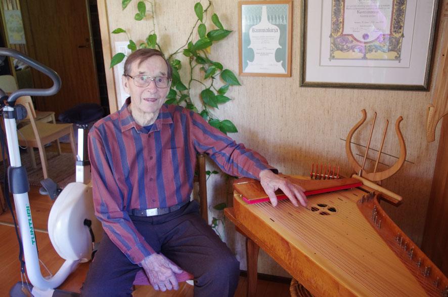 Kanteleen sointi ja sen kehittäminen johdattivat Otto Koistisen soitinten rakentamisen pariin. Arkistokuva
