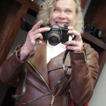 Riitta Makkonen ja kamera, josta kerran filmirulla unohtui.