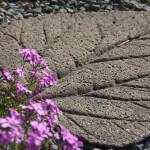 Karkeapintainen ja raskas betonilaatta voi olla pihan kaunistus.