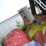 Ah sitä ihanuutta, kun saa oikaista luonnonhelmaan mielenkiintoista kirjaa lukemaan.