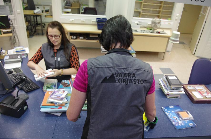 Lainausautomaatti on omiaan vähentämään kirjastovirkailijoiden työtä lainaustiskillä.