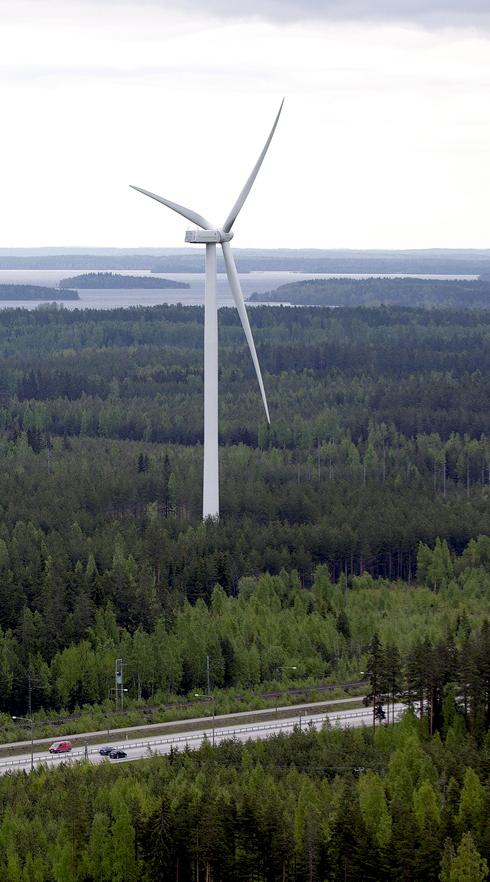 Kuva Lappeenrannassa sijaitsevasta Muukon tuulivoimalasta, jotka kohoavat noin 150 metriin.