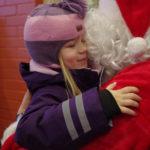 Joulupukki sai taannoin Siiriltä lämpimän halauksen Ylämyllyn koulun joulumyyjäisissä.