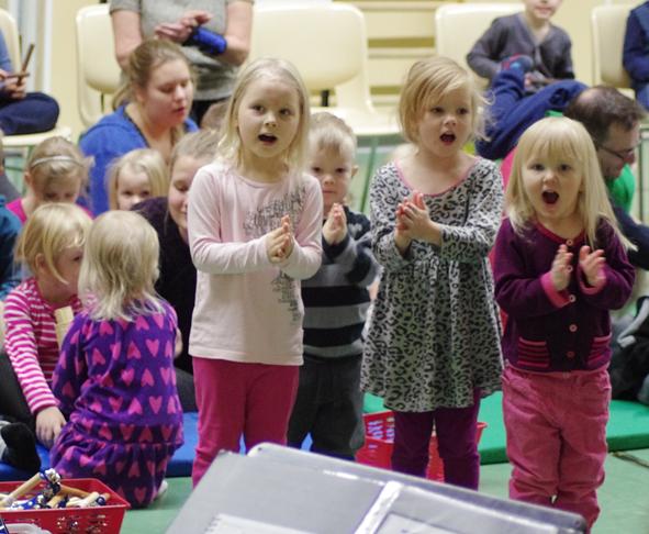 Lapset pääsivät itsekin musisoimaan konsertissa.