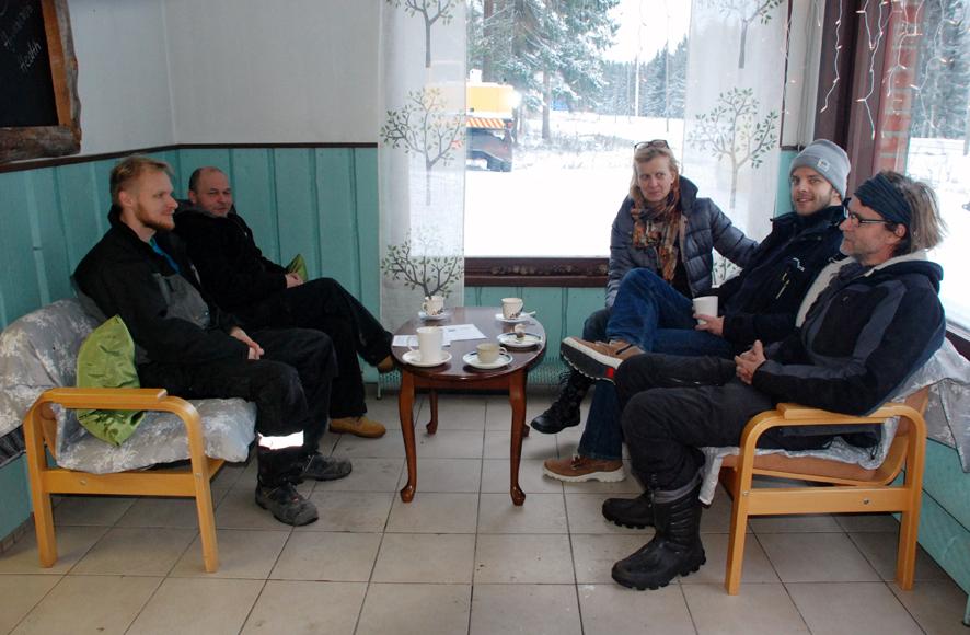 Jo toisena aukiolopäivänä 4-tuntia kahvilaan saapui asiakkaita sohvien täydeltä.
