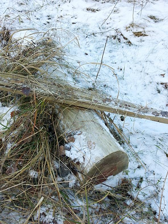 Kuvan maahan jätetyt pylväät löytyvät Ylämyllyntie 67 kohdilla.