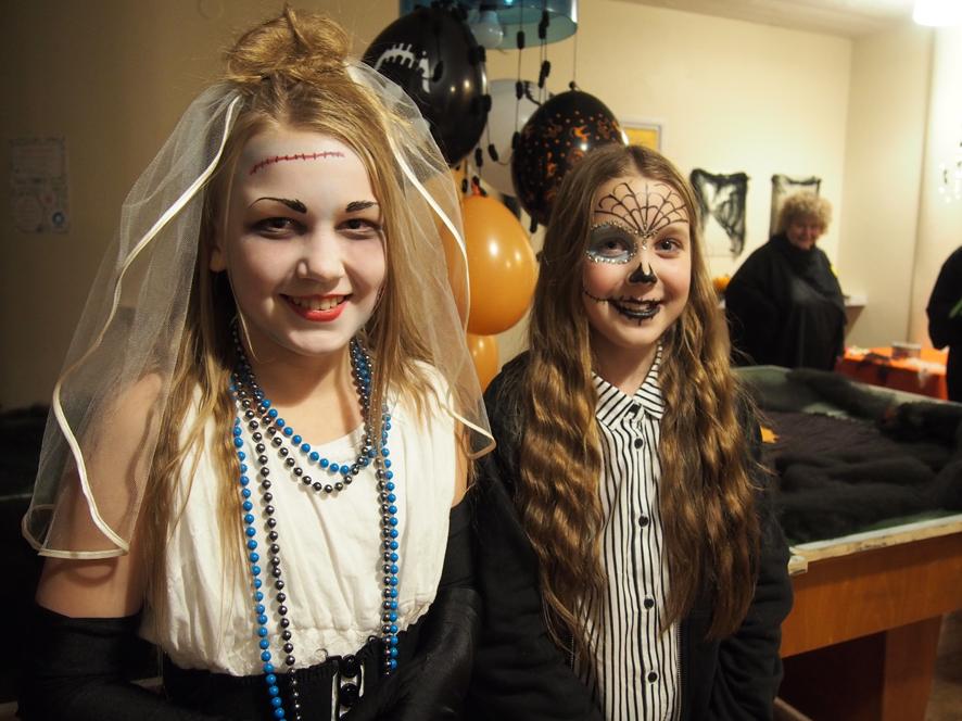 Rääkkylän Halloween-disko oli suosittu, vuonna 2005 syntyneistä lapsista paikalla oli lähes koko ikäluokka. Vitosluokkalaisten Heta Mustosen ja Malla Pakarisen meikin oli tehnyt Hetan äiti Riitta Mustonen.