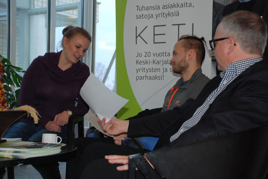 Projektiasiantuntija Tanja Lamminsalo Ketistä, yrittäjä Mikko Lehvonen ja Ketin toimitusjohtaja Risto Hiltunen vaihtoivat kuulumisia Rääkkylässä.