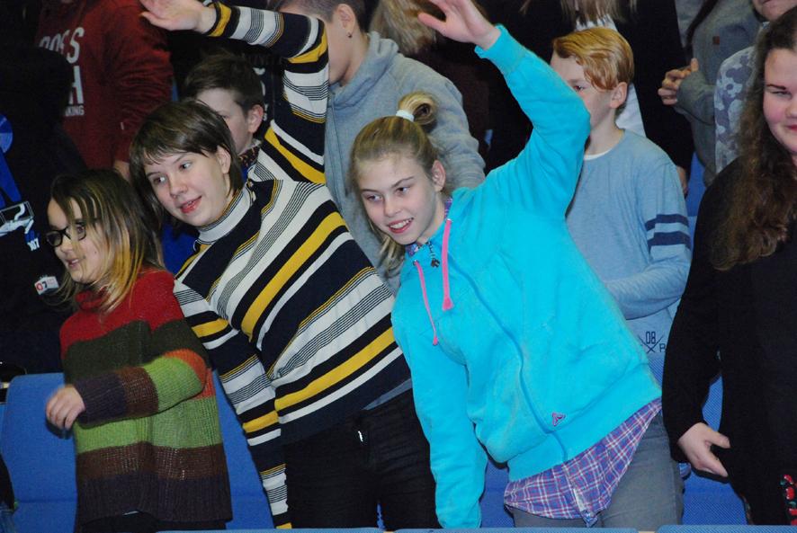 Rääkkylän koulussa on totuttu liikkumaan. Aino Vänskä ja Vika Nyuganen jumppasivat reippaasti palkintotilaisuuden jumpassa.