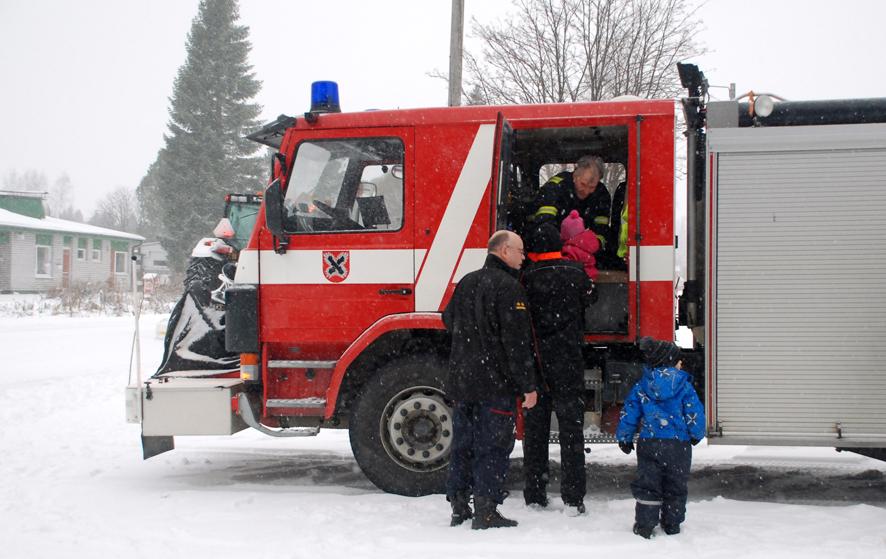 Sammutusauton kyytiin pääseminen on lapsille ikimuistoinen juttu. Rääkkylän paloasemalta Muttosen perheen lapsia kyytiin auttavat Rauno Jumppanen ja Raimo Korkeakoski.