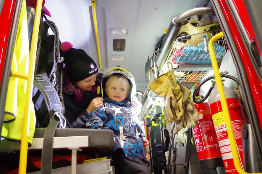 """Äitinsä Pirjo Lievosen kanssa paloautoon tutustuva Sami Lauronen tietää jo, mikä hänestä isona tulee: """"Palomies-sairaankuljettaja."""""""