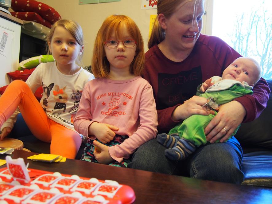 Parin kuukauden ikäinen Jussi Kinnunen seurasi Pop Up –kerhon tapahtumia äitinsä Heidi Kinnusen sylistä. Kuvassa vasemmalta Meea Valtanen sekä Emma, Heidi ja Jussi Kinnunen.