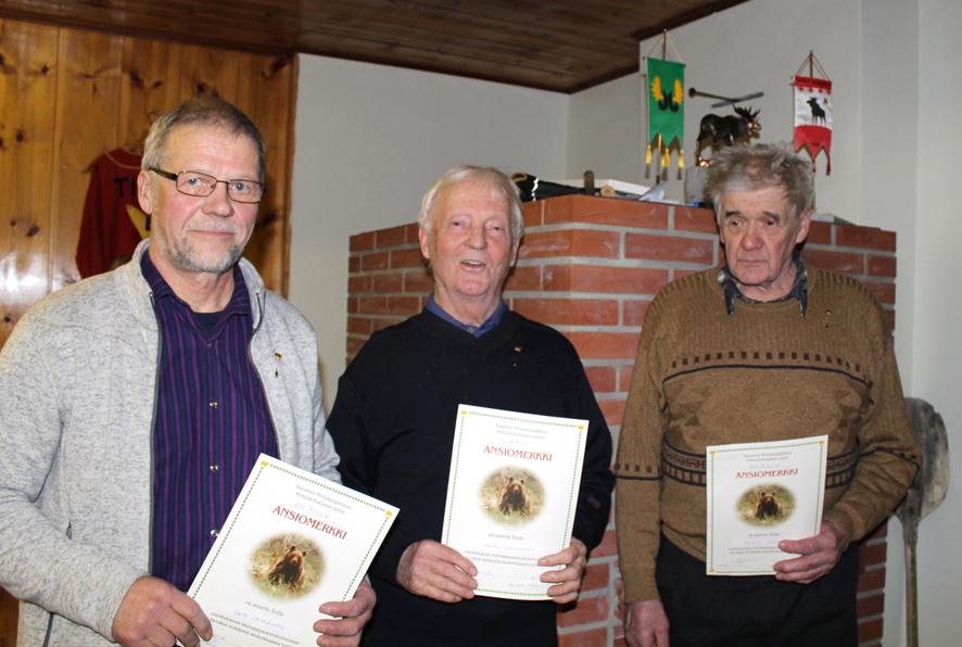 Kultaisella ansiomerkillä palkitut Unto Lavikainen (vas.), Raimo Virkkunen ja Kalevi Tahvanainen.