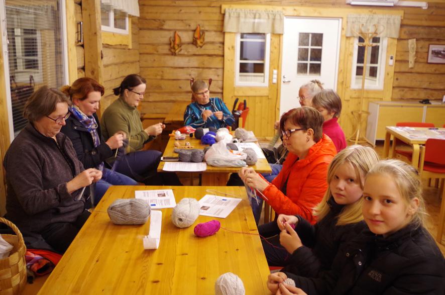 Mattisenlahden martat neulovat sukkia veteraaneille Suomen juhlavuoden kunniaksi. Ensimmäiset neulomistalkoot pidettiin viime torstaina kylätalolla.