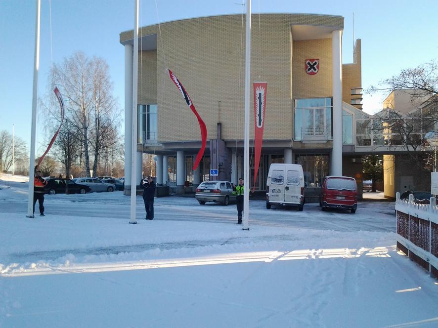 Rääkkylässä nostettiin perjantaina viirit salkoon. Kuva: Juha Multanen