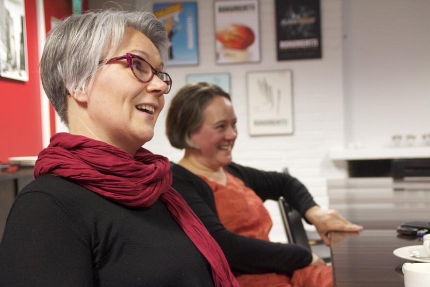 Maria Iltola on  Rääkkylä Folkin toiminnanjohtaja. Taustalla edellinen, Johanna Ahlholm.
