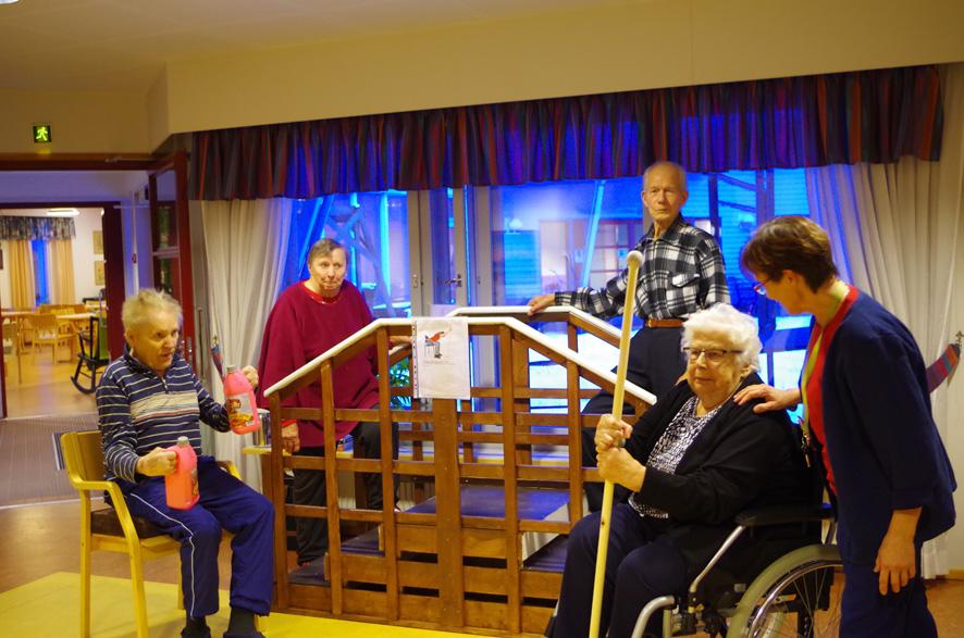 Fysioterapeutti Anne Jetsosen (oik.) ohjaamassa liikuntahetkessä olivat mukana Martti Harkonmaa, Kyllikki Hirvonen sekä Anja ja Erkki Vattunen.