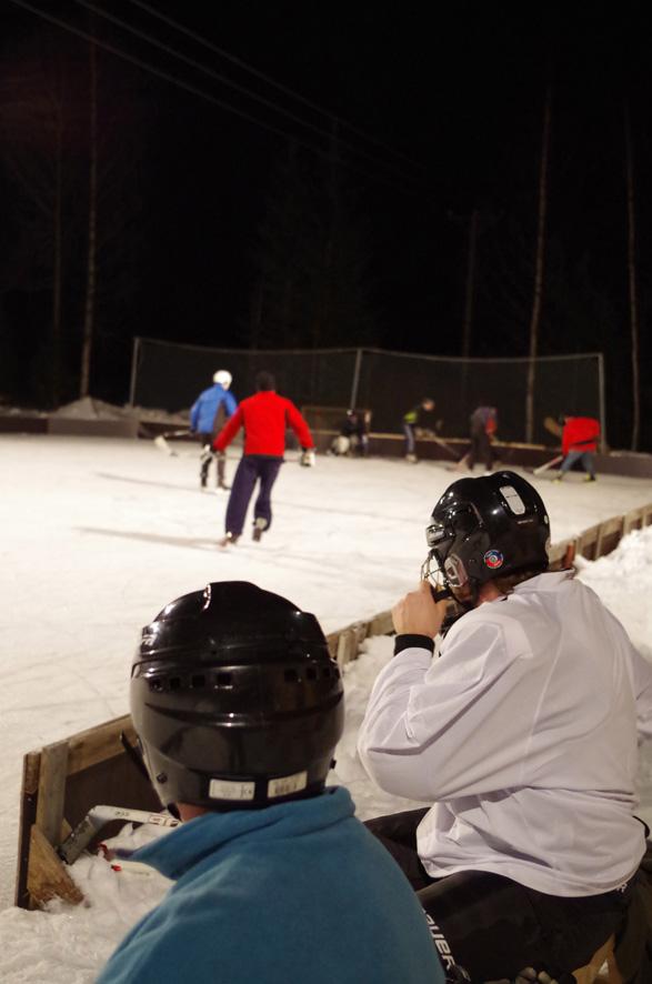 Arkistokuva vanhasta kaukalosta: Harri Hiltunen (vas.) ja Lassi Matilainen seurasivat talvella 2017 Roukalahden kaukalossa käytävää jääurheilutaistoa.