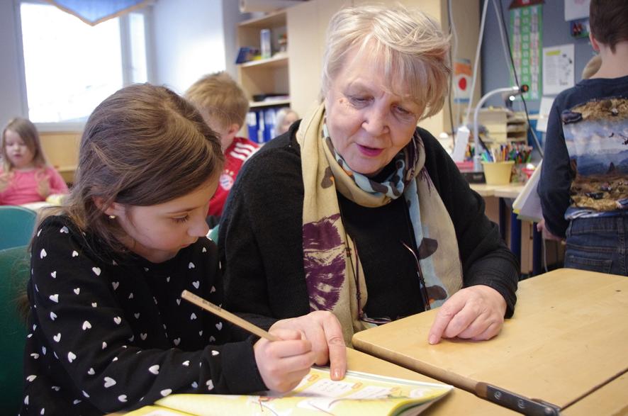 Kirsikka ja mummonsa Liisa Koistinen laskivat yhdessä matikantehtäviä Ylämyllyn koulun isovanhempien päivässä.