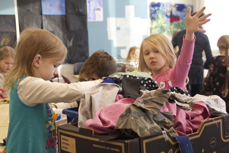 Tekstiilitaulujen tekeminen alkaa aiheen ja kankaiden valinnasta. Ekaluokkalaiset Suvi Hyttinen ja Viivi Karttunen kangaskopan äärellä.