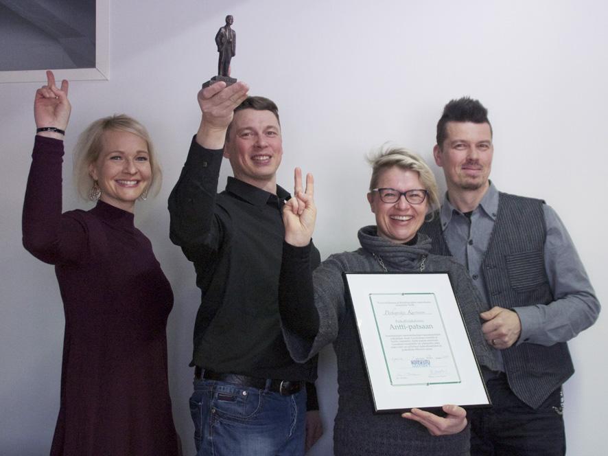 Palkitun on helppo tuulettaa. Kuvassa vasemmalta Kati, Marko, Minna ja Mika Kurvinen.