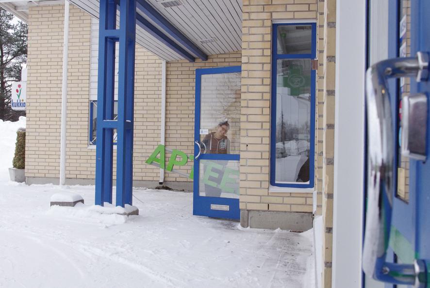 Liperin apteekin ovenkahva (oik.) siirtyy kymmenkunta metriä, Tuulia Väisäsen aloittaessa apteekkarina.