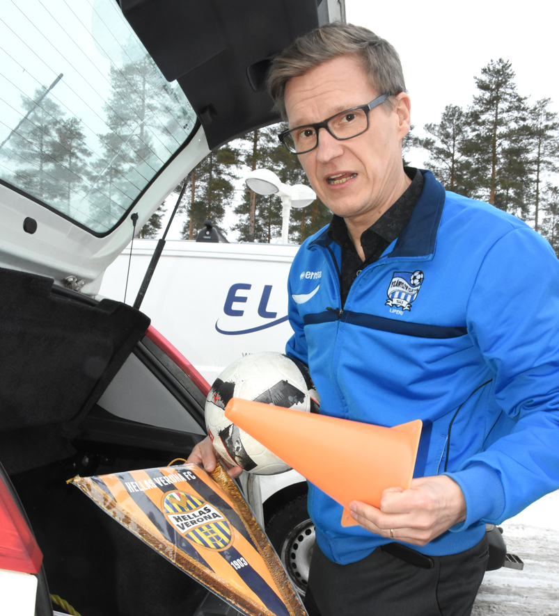 Arto Monosen auton takakontista löytyy aina jalkapalloiluun liittyvää materiaalia.