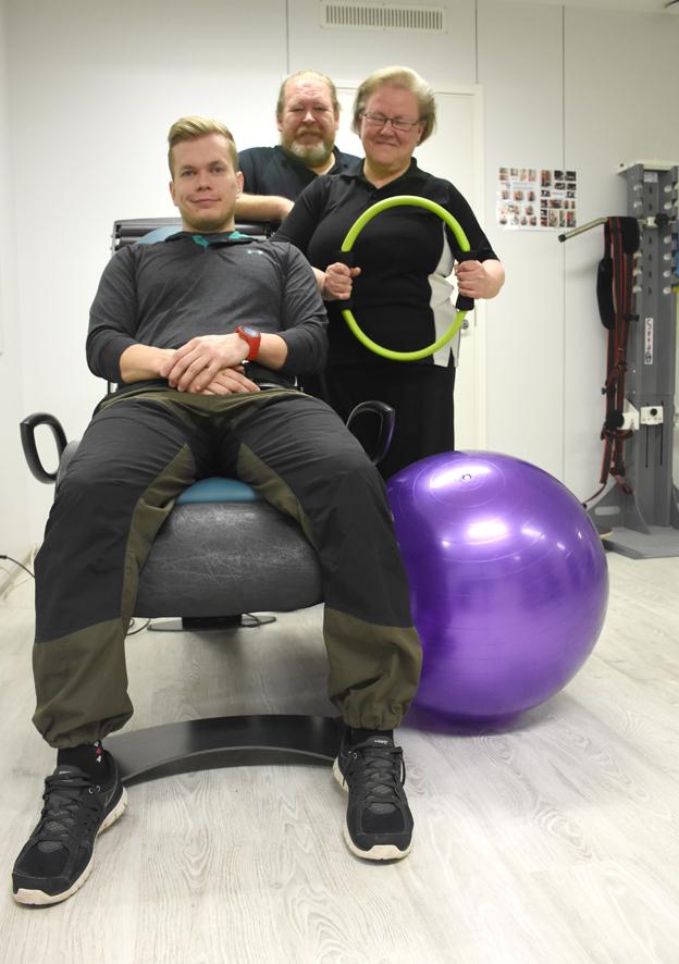 Työryhmän nuorin Jari Tiittanen on laitettu huilaamaan. Mukana myös Tapio Piironen ja Hilkka Ronkainen.