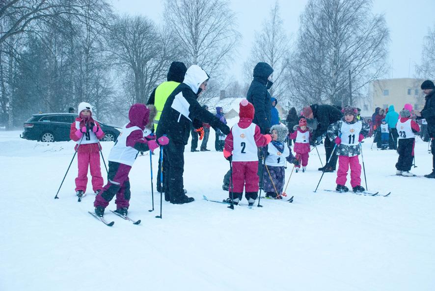 Emilia Pitkänen (vasemmalla), Senja Luostarinen (selin), Moona Halonen ja Enni Kolehmainen valmistautuivat starttaamaan kylmästä viimasta huolimatta.