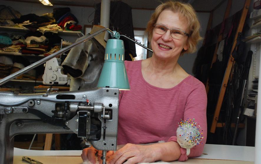 Irene Makkonen on viettänyt turkisten ja ompelukoneen äärellä lukemattomia iltoja. Jatkossa hän ompelee enää vain kotitarpeiksi.