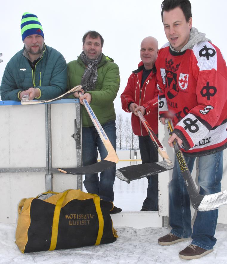 Miika Tolvanen (oik.), Risto Rouhiainen, Marko Kettunen ja Janne Kröger kaukalon laitamilla. Myös Kotsari oli mukana varustekassin mainoksessa.