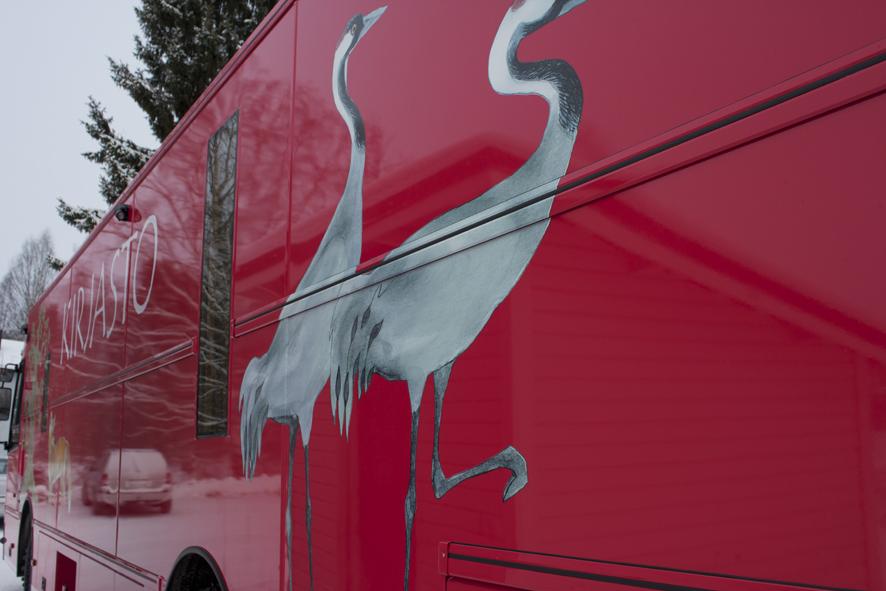 Liperin raiteilla kiertelee iloisen värikäs kirjastoauto.
