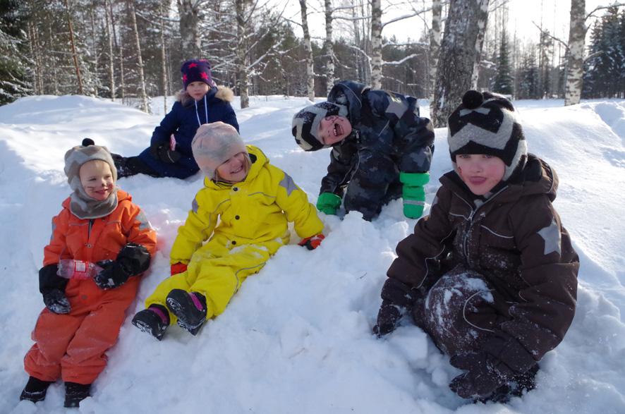 Joonas Haapalainen (vas.), Sanni Haapalainen, Iida Piipponen, Veeti Piipponen ja Rasmus Haapalainen nauttivat talven riemuista.
