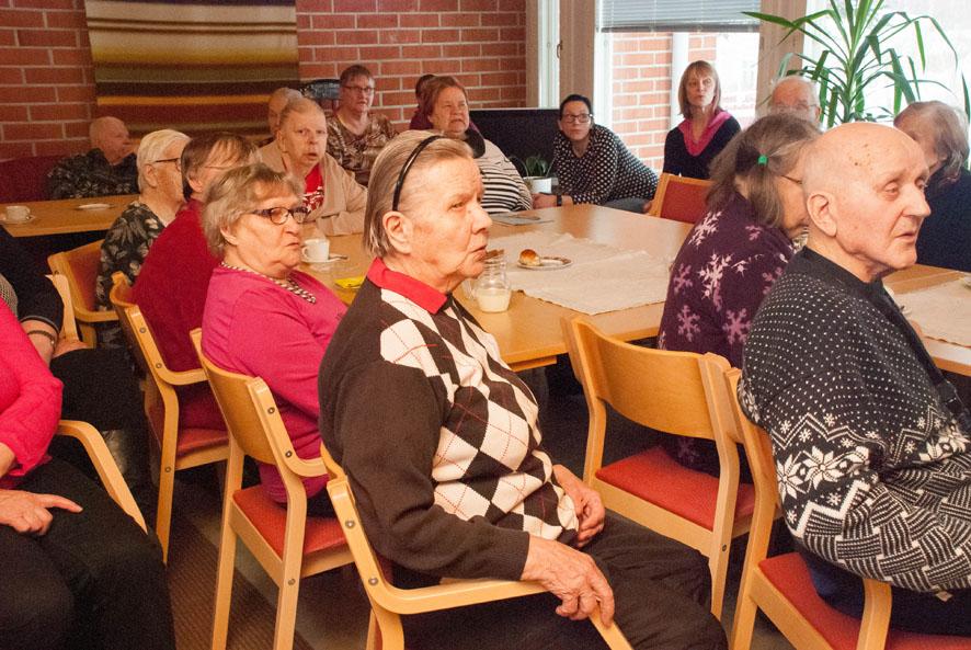Istumapaikat olivat loppua kesken, kun Kotirinteellä vietettiin ensimmäistä ikäihmisten kerhoa tänä vuonna. Tilaisuuteen osallistui liki 40 senioria.