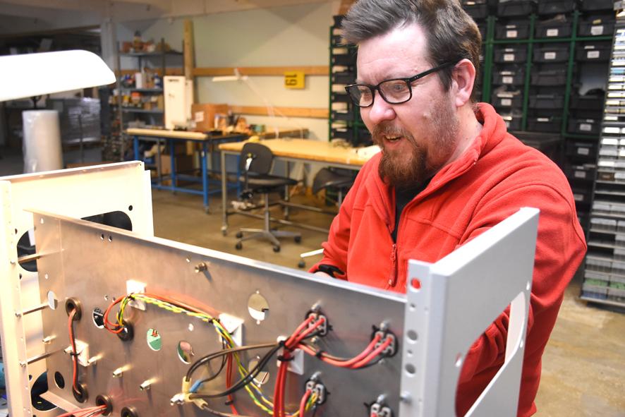 Elektroniikka-asentaja Petri Pennanen viimeistelee taululaitteen virtalähdettä. Myös hän on lähdössä Etelä-Koreaan lähiaikoina.