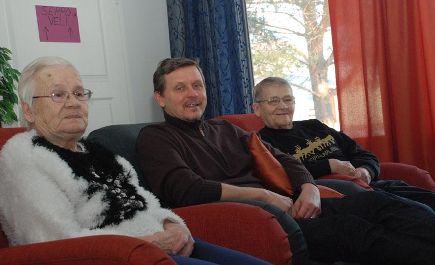 Perhekodin isäntä Jari Makkosella on aikaa istahtaa päiväkahvin päätteeksi rupattelemaan  Helvi Tapasen (vas.) ja Pirkko Lievosen kanssa.
