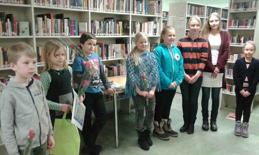 Piirustuskilpailussa menestyneet kukitettiin Ylämyllyn kirjastossa viime keskiviikkona.
