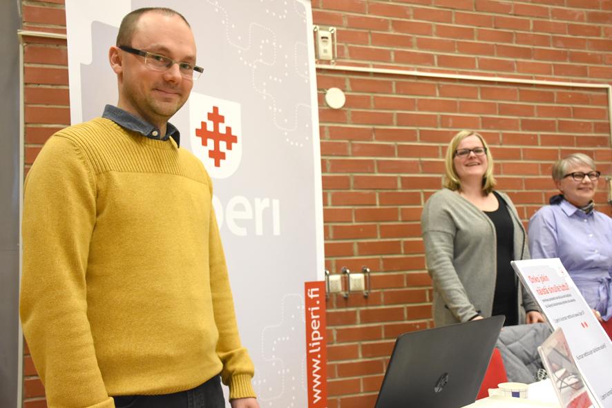 Kunnan osastolla Pellervo Hämäläisen kanssa mahdollisuuksista kertoivat Virve Kyllönen ja Sirkka Korhonen.
