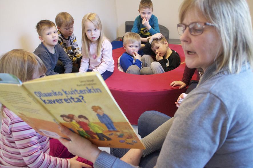 Seija Gavrilov lukee, lapset kuuntelevat.