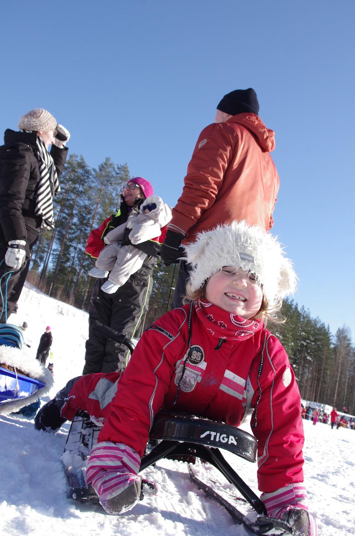 Iina Kinnunen odottaa lähtöä mäenlaskuun.