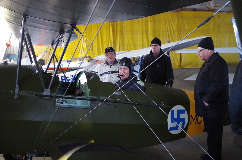 """Arto Laanisen (ohjaimissa) """"Motti"""" odottaa vielä ensimmäistä lentoaan. Konetta ihastelemassa Matti Korhonen (vas.), Seppo Hattunen ja Kari Haantio."""